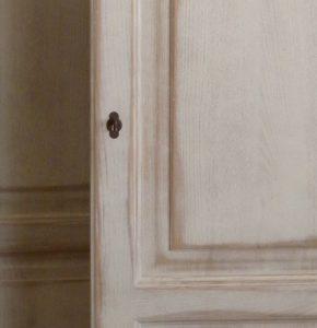 Anta con finitura a mano legno effetto consumato