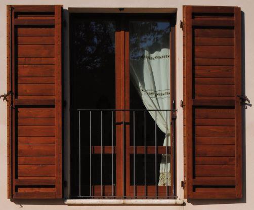 finestra e sportellone in castagno
